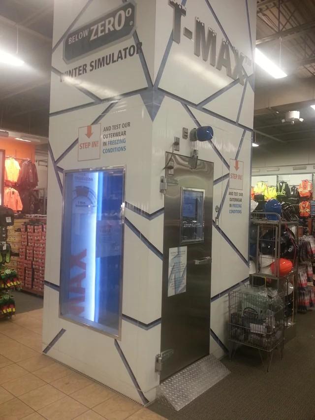 Das Foto zeigt eine Kältekammer im Geschäft, damit man Winterkleidung testen kann, was super brillant ist