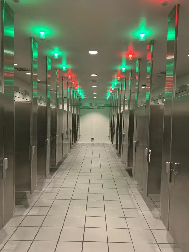 Eine Erfindung, die anzeigt, welche Toilettenkabinen noch frei und welche besetzt sind