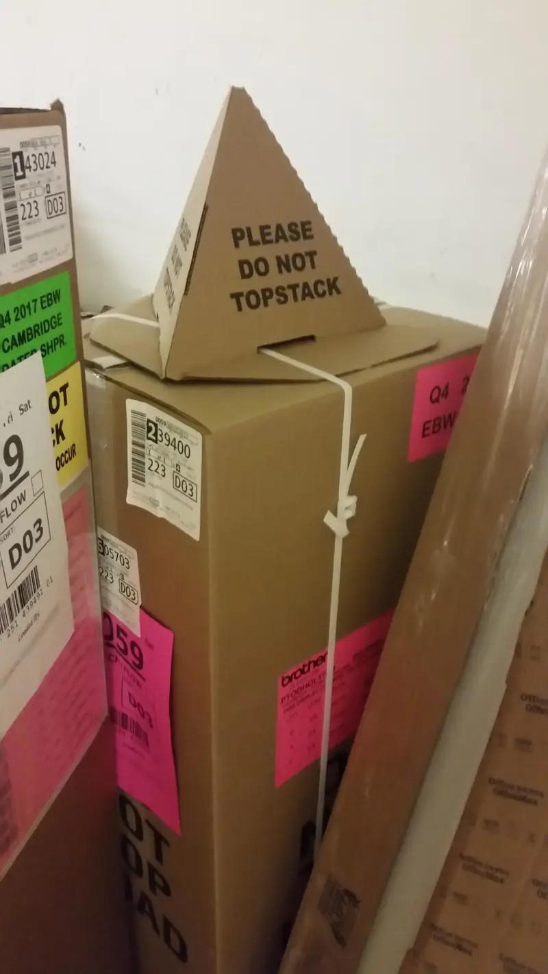 Es ist ein Paket mit einem genialen Hinweis zu sehen, dass man es nicht stapeln sollte, was Postboten hin und wieder einfach tun
