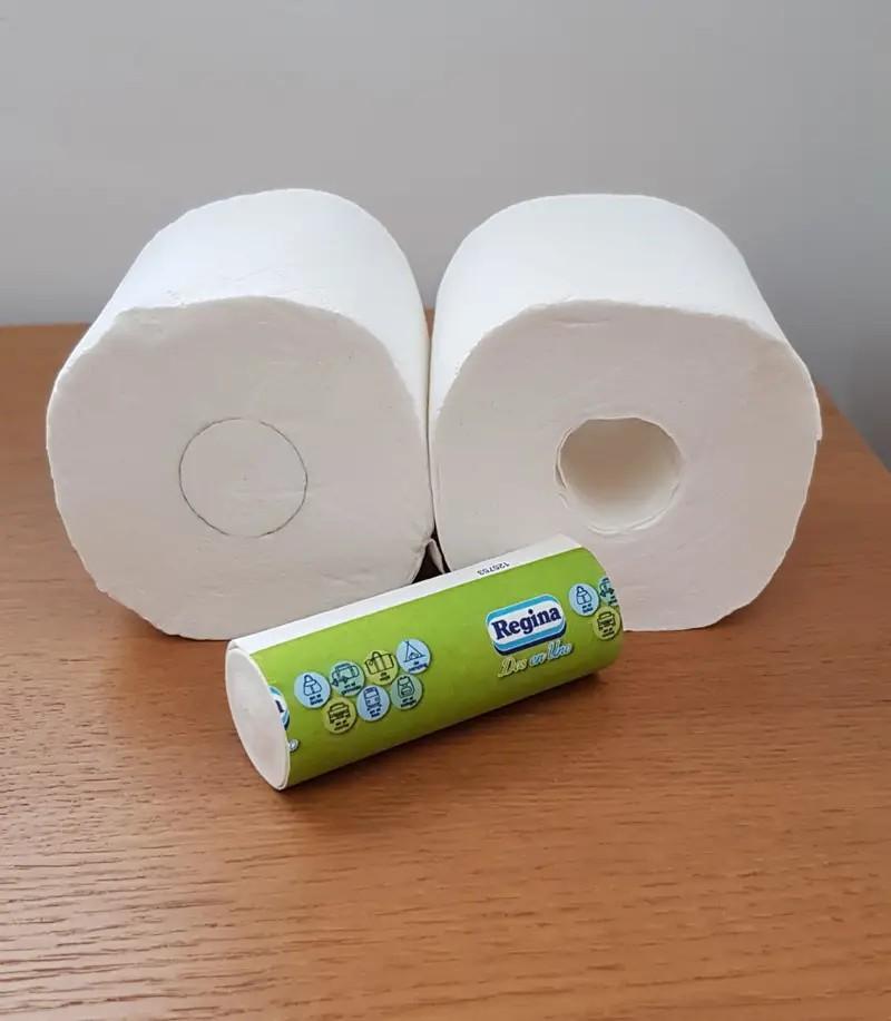 Es ist eine Klopapierrolle zu sehen, die mit Papier gefüllt ist, um Platz zu sparen