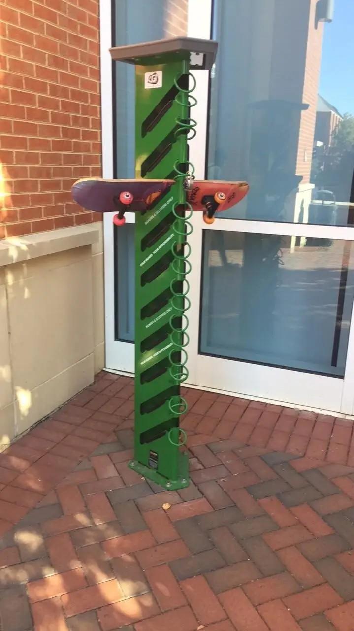 Es sind Fächer für Skateboards zum Einschließen zu sehen, damit sie den Supermarkt ohne Skateboard betreten können