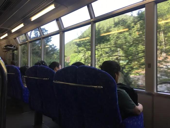 Es sind Fensterplätze zu sehen, die einem ermöglichen, während der Fahrt aus dem Fenster zu schauen und nicht mit komischen Menschen reden zu müssen