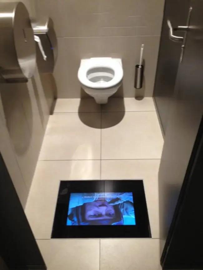 Man sieht die Lösung, wenn man im Kino auf die Toilette muss, aber den Film nicht verpassen will