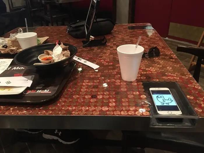 Man sieht eine smarte Nische im Restaurant, in der man das Handy ablegen kann, damit es nicht nass wird