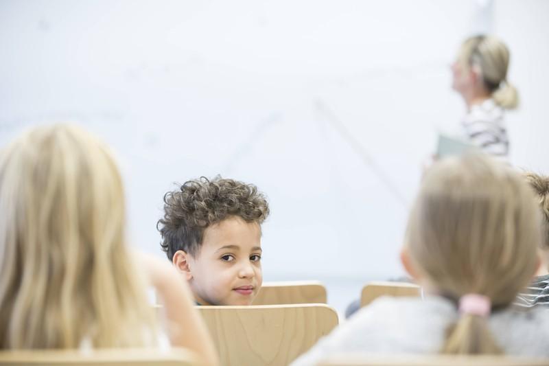 Ein kleiner Junge machte seiner Lehrerin einen Antrag, sie lehnte natürlich ab, mutig ist es trotzdem.
