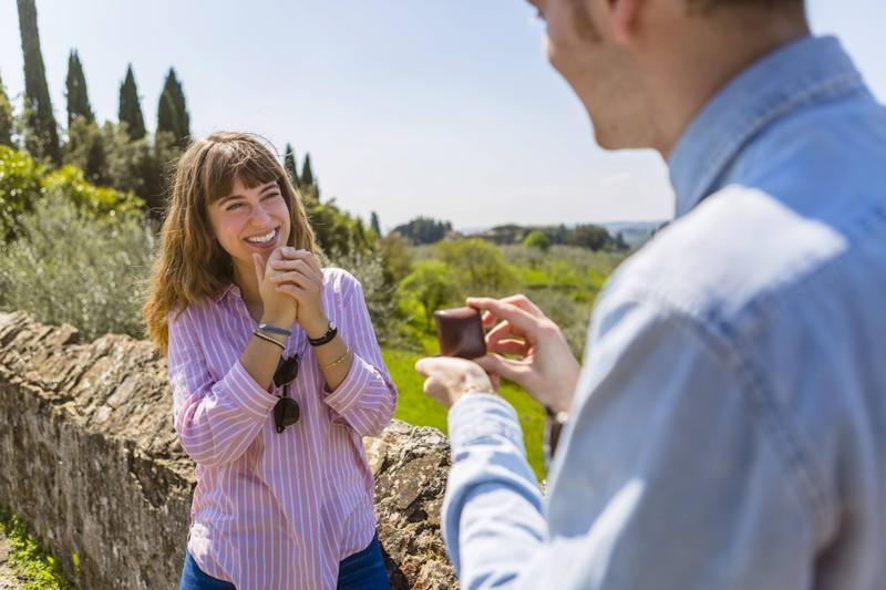Den Heiratsantrag der falschen Frau zu machen ist schon ein Erlebnis für sich, aber sie dann auch noch zu heiraten...