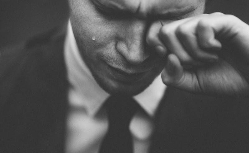 Der Mann war sichtlich verzweifelt, der falschen Frau seinen Heiratsantrag gemacht zu haben, sodass er mehrere Leute um Hilfe bat.