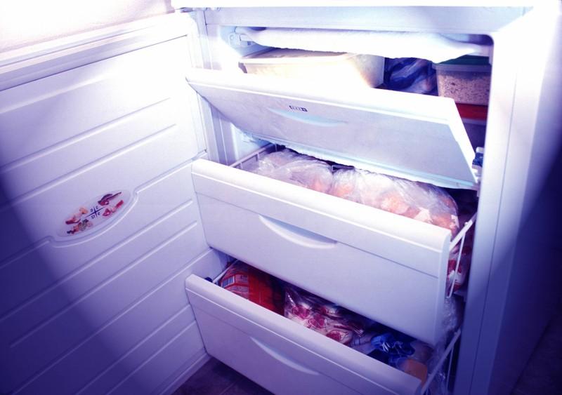 Eine Tiefkühltruhe voll mit eingefrorenen Lebensmitteln.