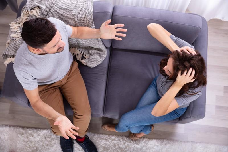 Ein Paar, das streitet, weil sie von seinem Geheimnis, die offensichtliche Affäre erfahren hat