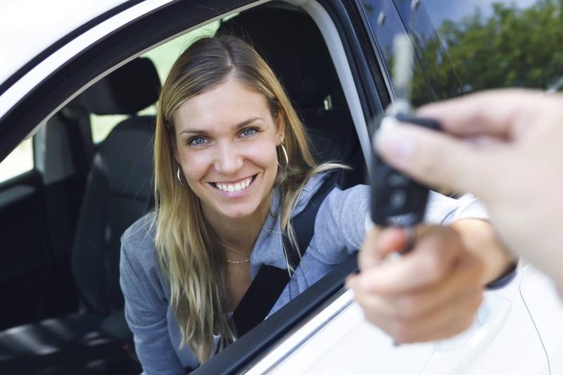 Frau hat bei einem schlimmen Tinder Date den Autoschlüssel und das Auto geklaut