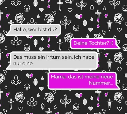 Die Mutter bekommt im Chat eine Nachricht von ihrer Tochter