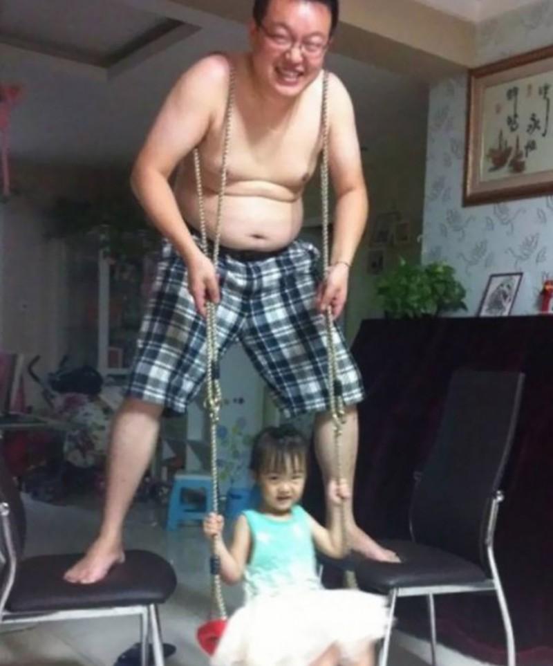 Ein Vater, der selbst die Schaukel für seine Tochter ist