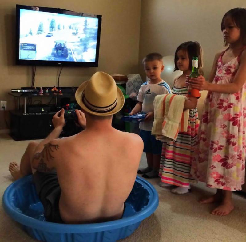 Ein Vater, der sich von seinen Kindern bedienen lässt