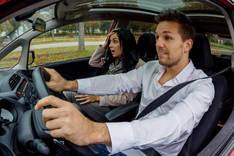 Ein Paar sitzt im Auto und er hat Angst