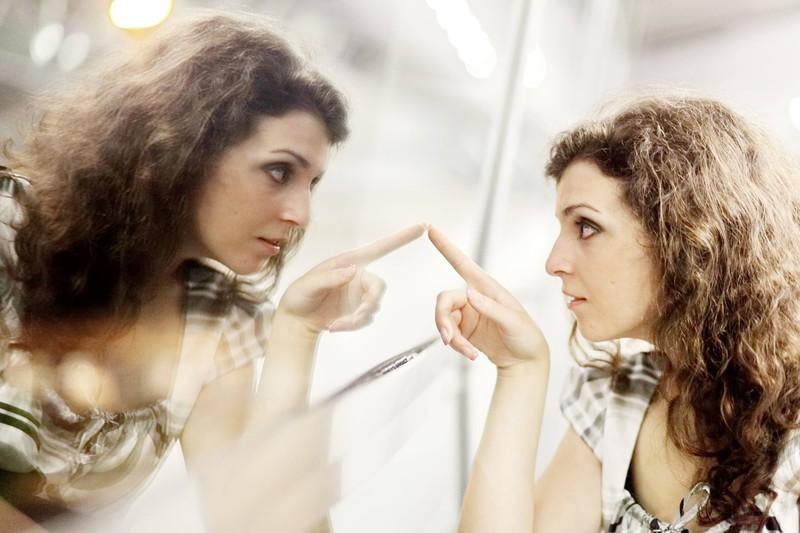 Eine Frau liebt sich nur selbst und betrachtet ihr Spiegelbild