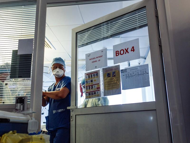Ein Arzt, der während der Corona-Krise Patienten behandelt, was nicht spurlos an ihm vorbei geht, postet emotionale Bilder.