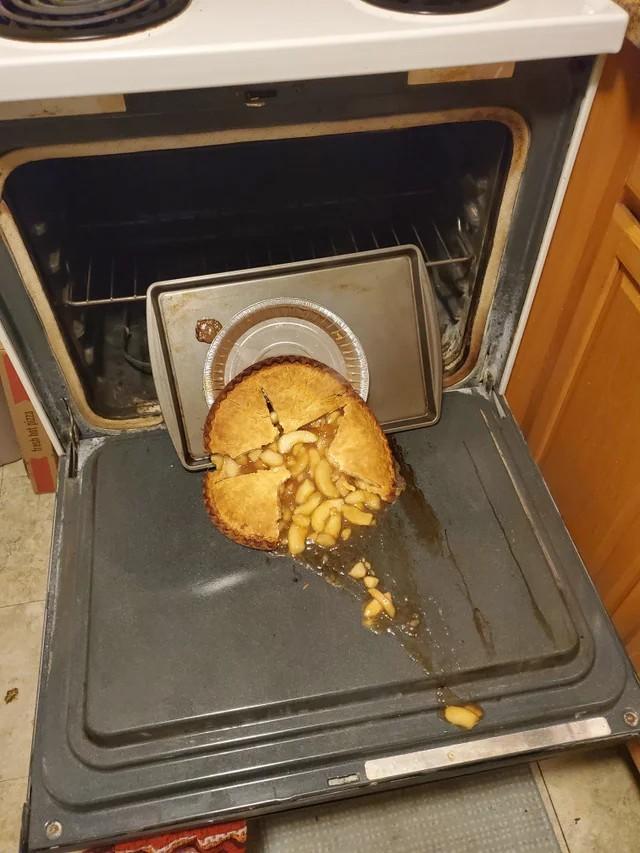 Ein Apfelkuchen, der kurz vor dem Verzehr heruntergefallen ist und daher einem Menschen mit einem total miesen Tag passiert ist