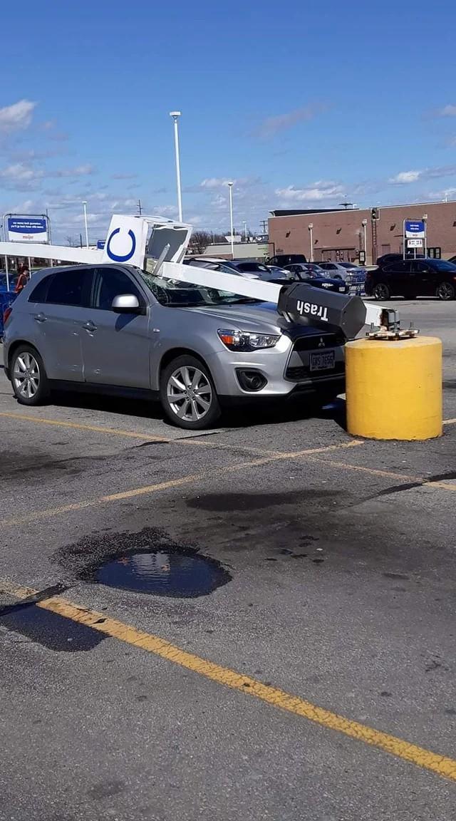 Ein Auto, was auf einem Parklplatz zerstört wurde, weil der Mensch sehr viel Pech hatte