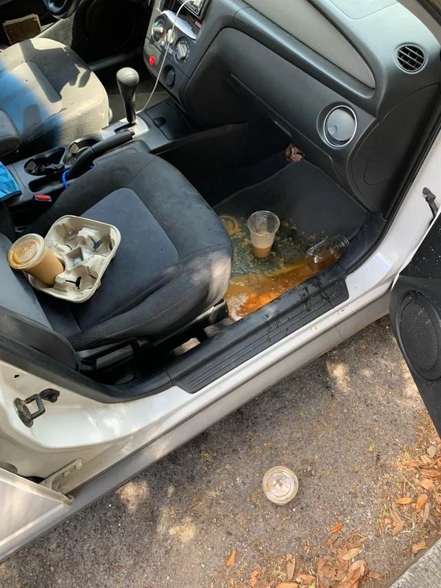 Ein Foto von umgekippten Kaffeebechern eines Menschen, der vom Pech verfolgt wurde