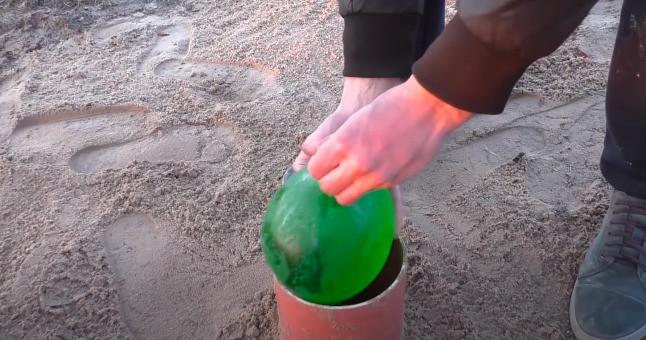 Die Ballons werden in das Rohr gelegt