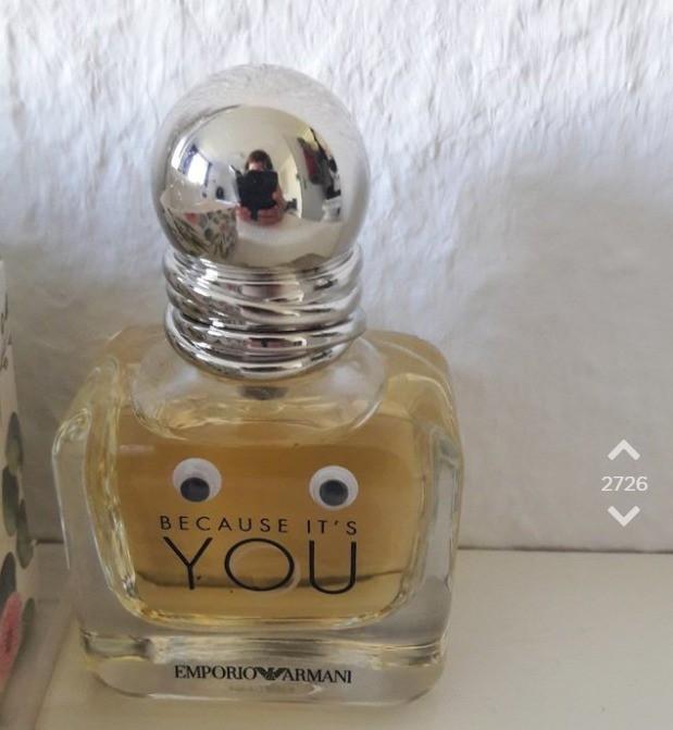 Die Mitbewohnerinnen werden mit Wackelaugen auf Parfüms geprankt.