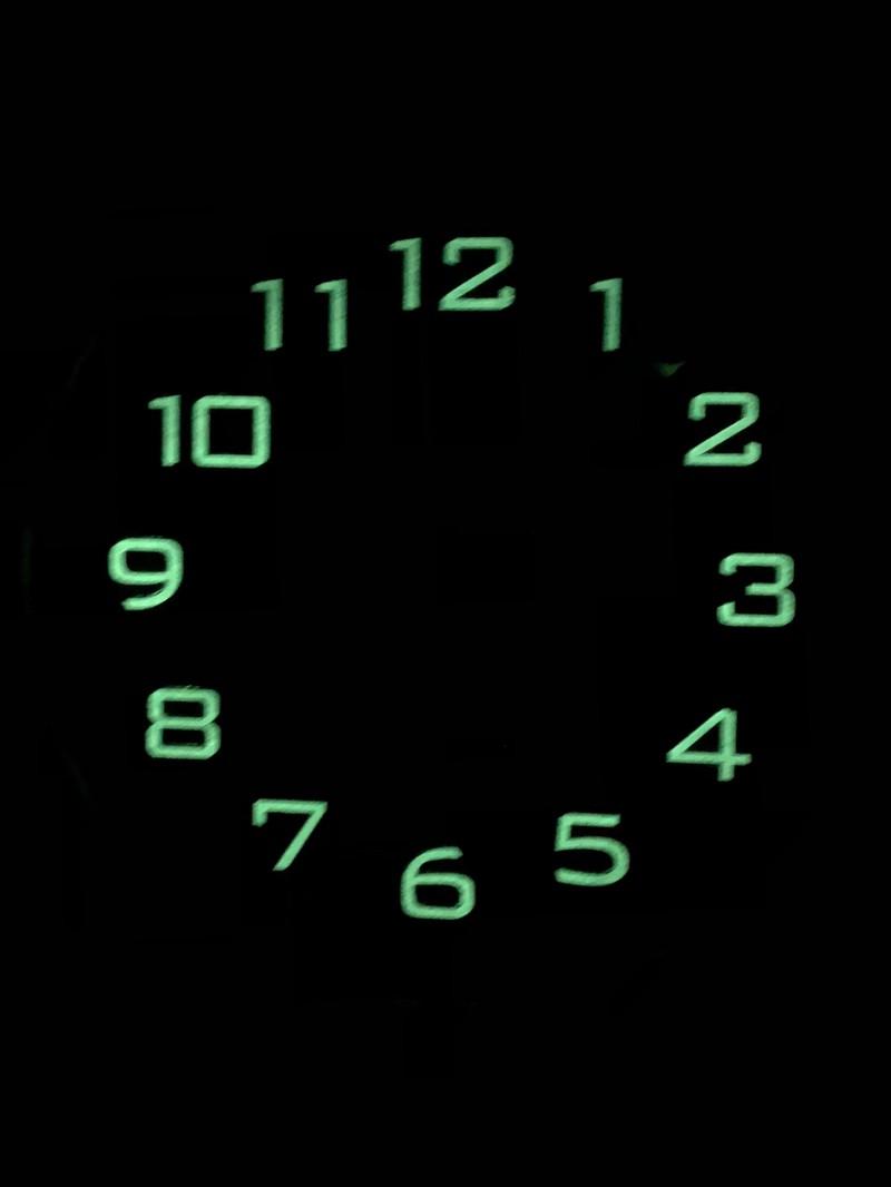 Dass eine Uhr, die im Dunkeln leuchtet, keine leuchtenden Zeiger hat, ist ein komisches Design.
