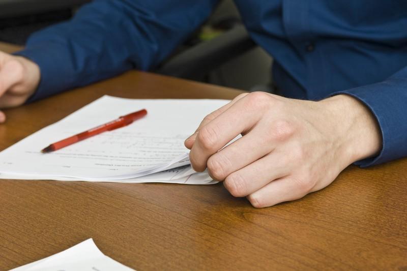 Der Vertretungslehrer hat schnell verstanden, dass der Schüler versucht hat, den Test eines Anderen zu kopieren und hat damit den Spickversuch entlarvt.