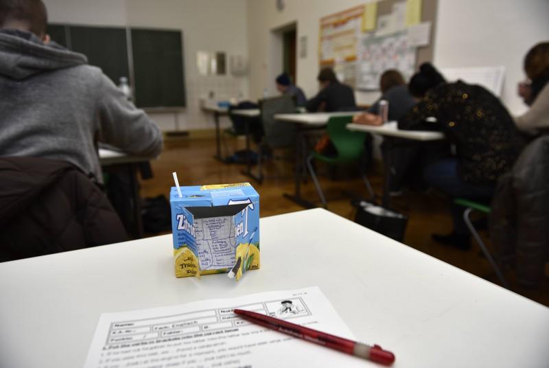Die Idee von dem Schüler den Spickzettel in dem Getränkepäckchen zu verstecken, ist gar nicht so schlecht.