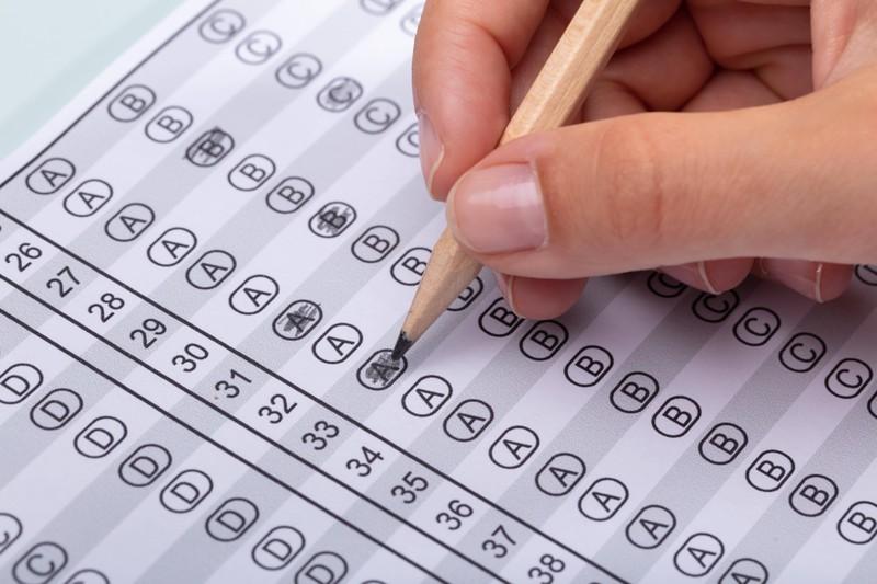 Wenn ein Lehrer immer wieder denselben Multiple-Choice-Test verwendet, darf er sich nicht über die Schummelei der Kinder wundern.