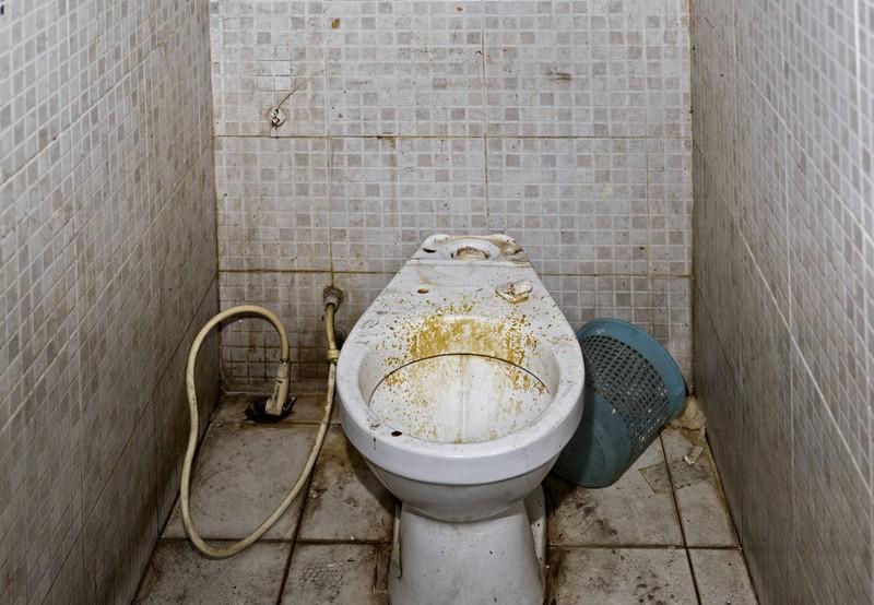 Manche Toiletten sehen so eklig aus, dass man am liebsten wieder auf dem Absatz umdrehen würde.