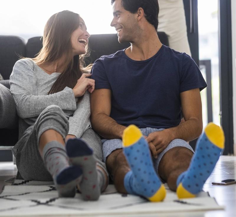 Ein komischer Antrag wurde von einem Mann mit seinen Socken gemacht.