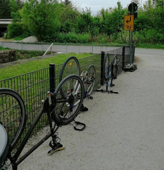 Fahrräder, die umgedreht geparkt wurden, weil das Schild das so sagt und man als Deutscher alle Schilder befolgt