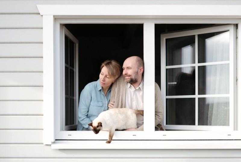 Bei offenem Fenster können nicht alle Leute Schlaf finden, weswegen es eventuell zu Diskussionen mit dem Partner kommt.
