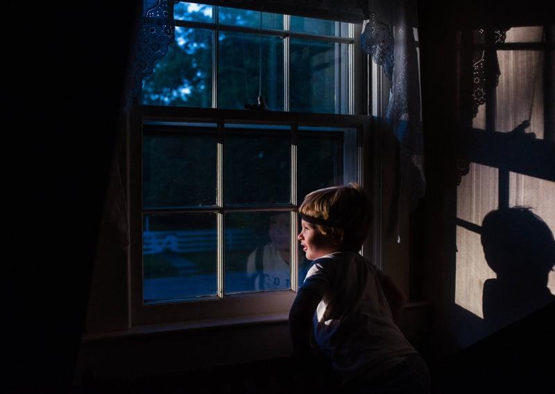 Wenn man schlafen gehen möchte, sollte man das offene Fenster schließen.
