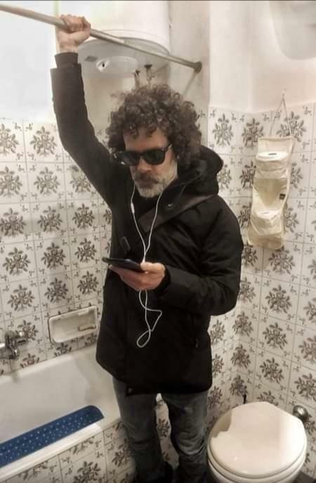 Ein Mann spielt im Badezimmer in Corona-Zeiten Busfahrne