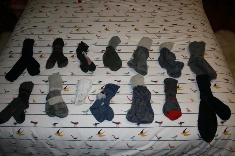 Eine Frau hat ihre Socken sortiert