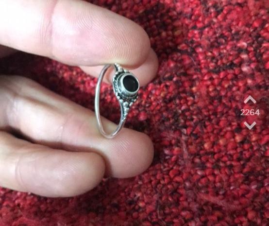 OJ zeigt auf Jodel den Ring