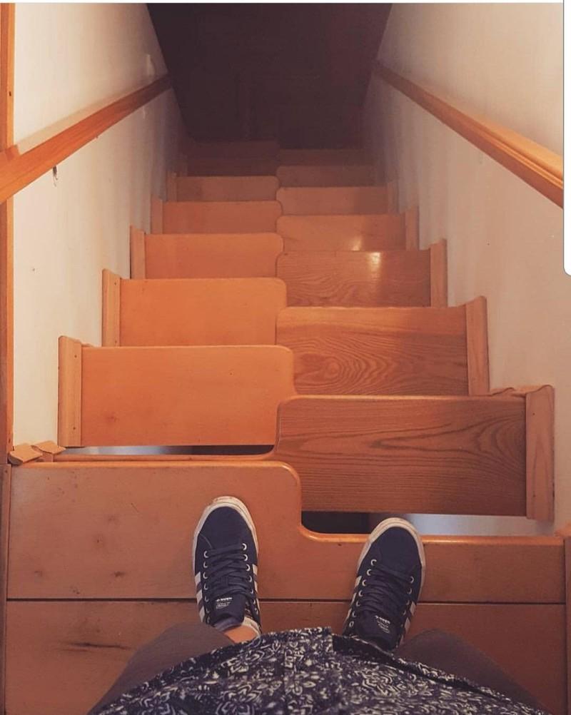 Da geht es aber tief nach unten, wer nur einen Schritt verkehrt setzt, stürzt gefährlich tief.