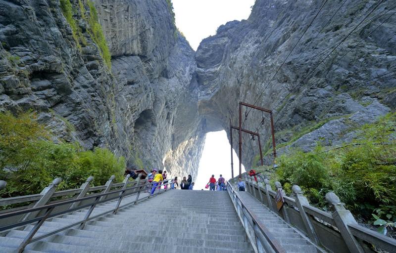 Die steile Treppe liegt am Tianmen-Nationalpark und sieht durchaus gefährlich aus.