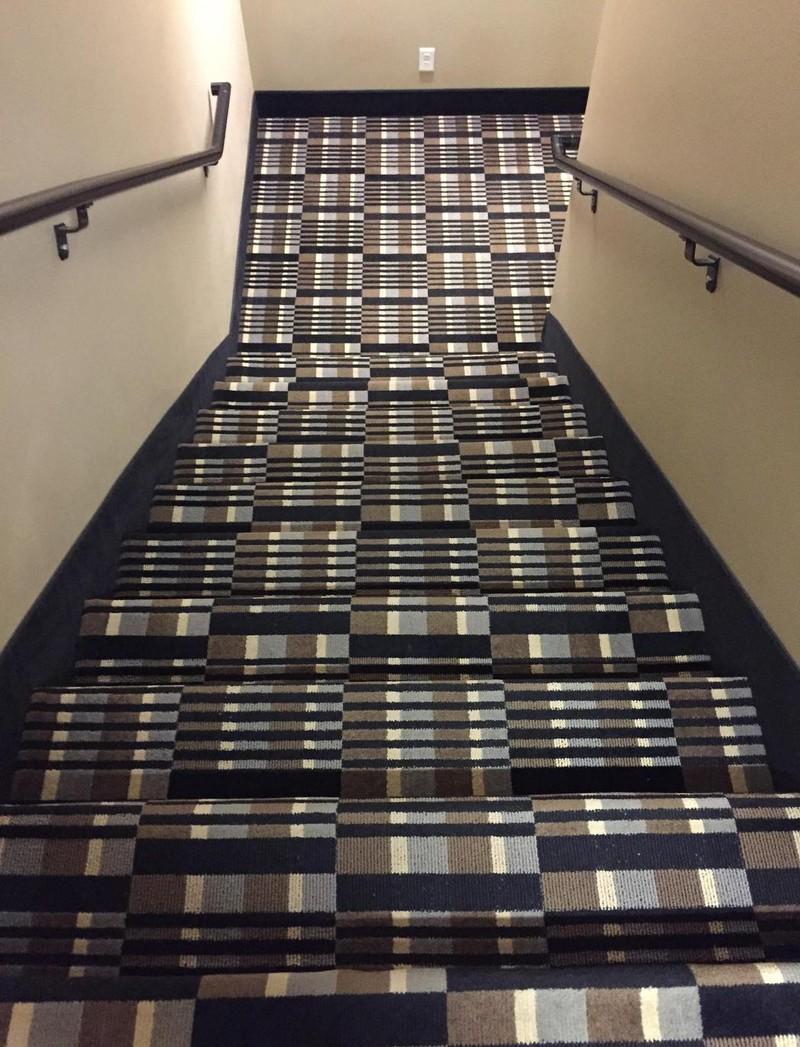 Man weiß nicht, was gefährlicher ist, das Muster oder die Treppe- wie kommt man wohl am Besten heil unten an?