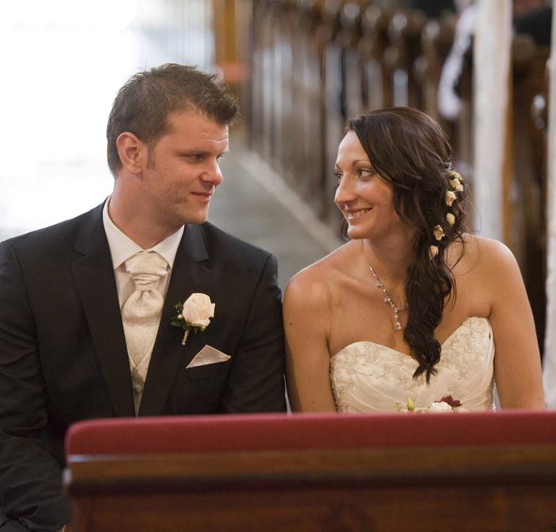 Die Braut konnte über den peinlichen Moment wenigstens lachen.
