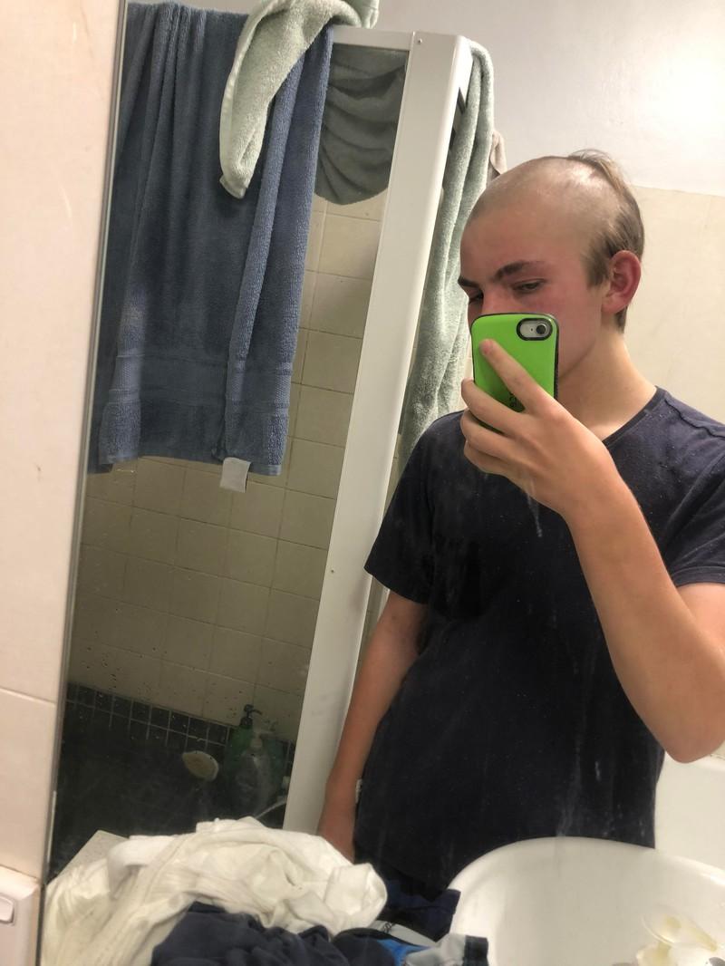 Sein Haarschopf schreit förmlich nach einem Friseurbesuch.
