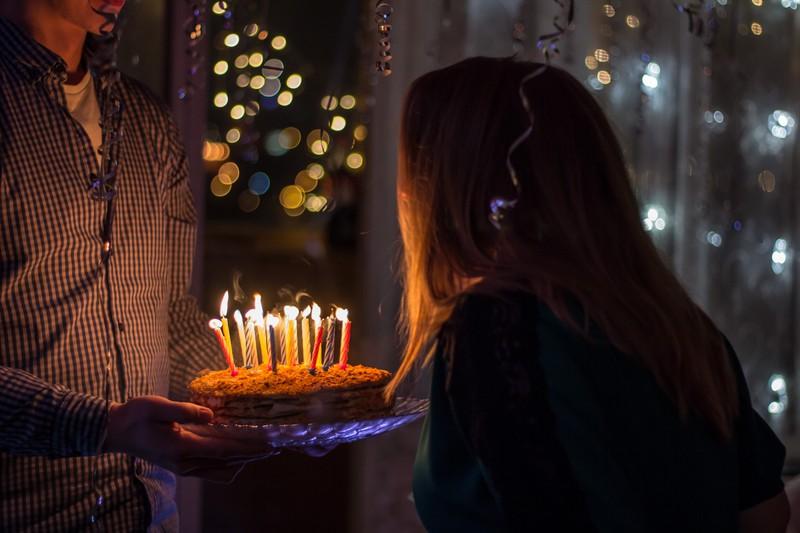 OJs Freund hat Geburtstag, lädt seine Freundin aber nicht zur Feier ein.