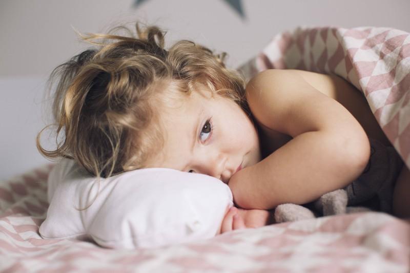 Die Bettdecke und deine Kissen solltest du einmal im Jahr reinigen.