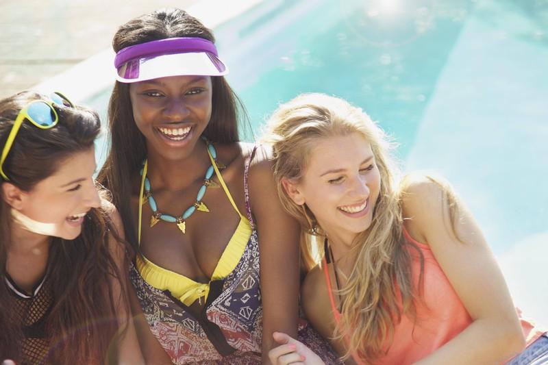 Da es im deutschen Sommer heiß werden soll, sind die Frauen im Schwimmbad.