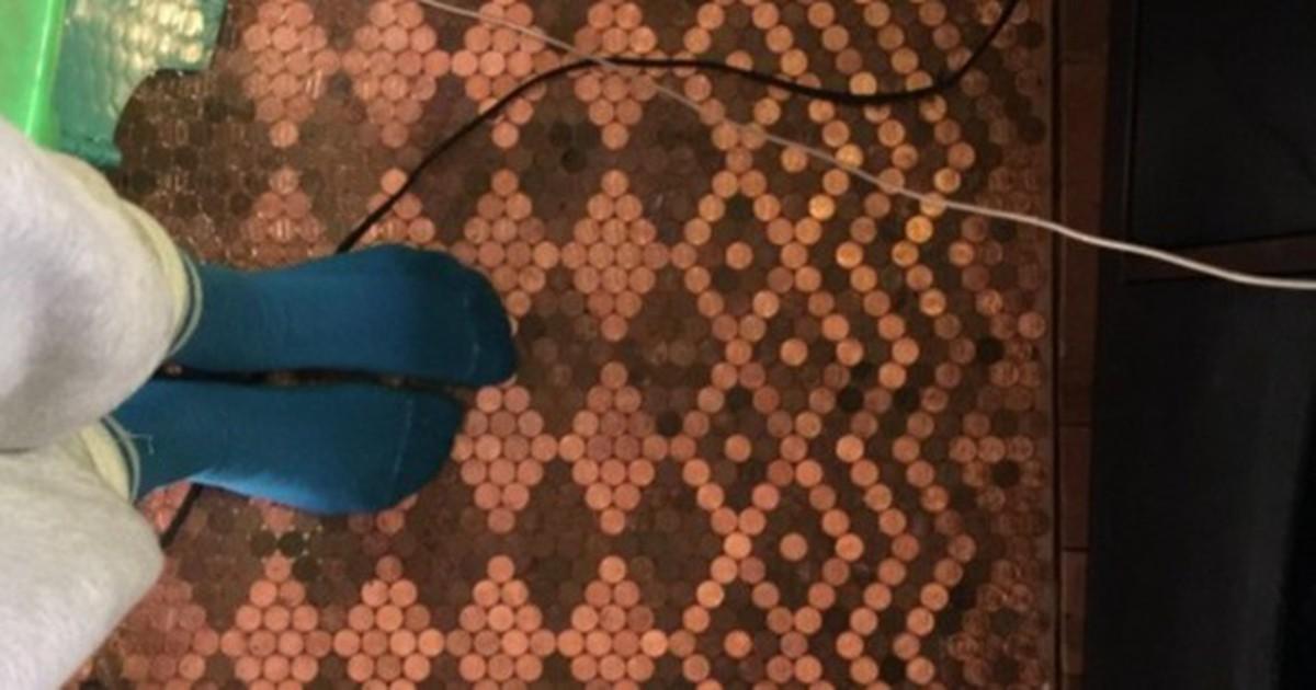 Sie bastelt sich einen edlen Fußboden aus Münzen!