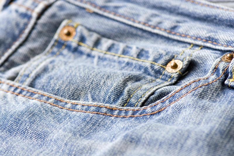 Selbst die Nieten an der Jeans haben eine wertvolle Aufgabe.