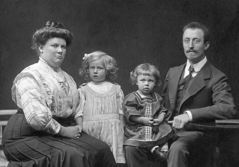 Eine Familie mit zwei Kindern beim Fotografen