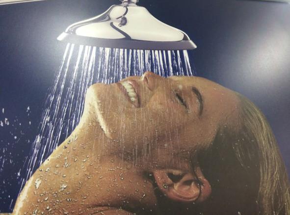 Ein Photoshop-Fail, das eine Frau in der Dusche zeigt