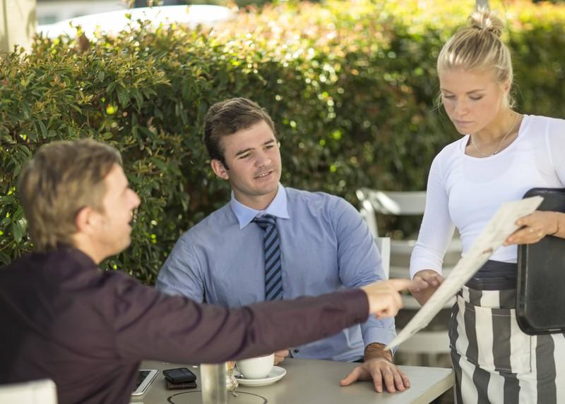 Männer bestellen sich im Restaurant Essen und äußern als Kunden seltsame Wünsche